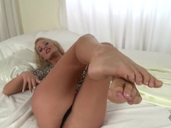 American babe Chelsey Lanette shows her sexy feet and shaved pussy